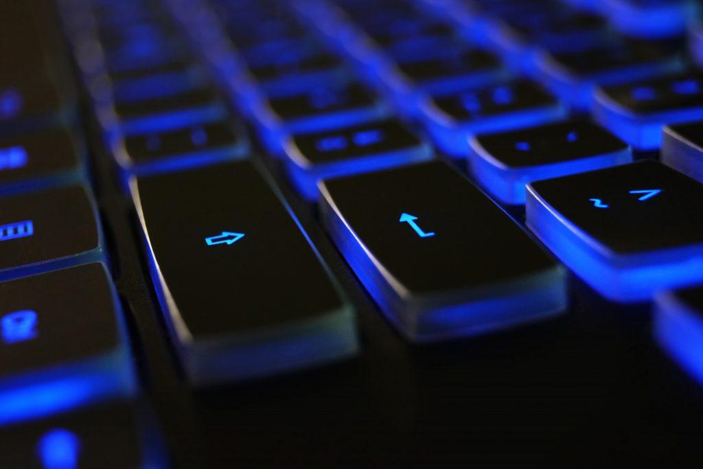 Крупным планом фото черно-синей клавиатуры 1194713 1024x683